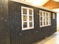 Fru Pedersens have: Sådan byggede vi skurvognen til haven. Garage Doors, Shed, Outdoor Structures, Living Room, Loft, Architecture, Outdoor Decor, Container, Home Decor