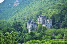 Le petit village de Beynac en Périgord, l'un des plus beaux villages de France, s'accroche au rocher percé de cavernes, l'entourant de ses ruelles…