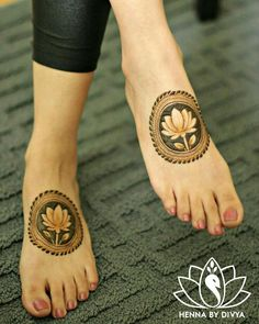 Already bought a pretty pair of payal to flaunt at your Mehndi? Take a pick from our favourite simple foot mehndi design ideas and slay the day in style, girl. Dulhan Mehndi Designs, Mehandi Designs, Mehndi Designs Feet, Legs Mehndi Design, Mehndi Design Pictures, Wedding Mehndi Designs, Unique Mehndi Designs, Beautiful Henna Designs, Engagement Mehndi Designs
