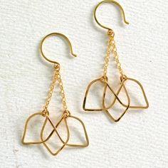 Yoga Jewelry, Fine Jewelry, Jewelry Making, Unique Jewelry, Shell Jewelry, Beaded Jewelry, Rose Gold Earrings, Flower Earrings, Dangle Earrings