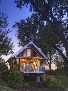 Designed by Broadhurst Architects, this prefab corn crib-inspired structure takes its basic form from traditional American corn cribs, which were common farm buildings that served to store and dry corn. The chic, modern 250-square-foot structure is delivered and assembled on-site, and includes a sleeping loft, an expandable kitchen wall, a bathroom, and living room.
