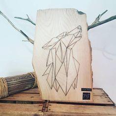 Loup string art en frêne massif avec écorces brutes