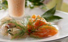Graavi siika Maustumisaika jääkäpissa n. 1 vuorokausi. Hiero suola ja sokeri kalan pintaan. Ripottele mausteeksi rouhittua valkopippuria. Hakkaa tilli hienoksi ja levitä fileiden päälle. Paina kaksi filettä vastakkain, kiedo voipaperiin ja anna maustua jääkaapissa noin vuorokauden. Raaputa mausteet fileen pinnasta. Leikkaa ohuita, vinoja viipaleita ja kiedo ne ruusuksi tarjoiluvadille tai annoslautasille. Koristele keitetyn parsan nupuilla, …