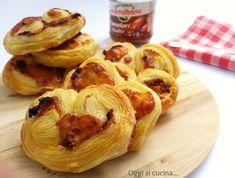 I ventagli di sfoglia con pomodori secchi e formaggio sono degli stuzzichini molto saporiti, da servire come antipasto o l'ideale per un buffet finger food.
