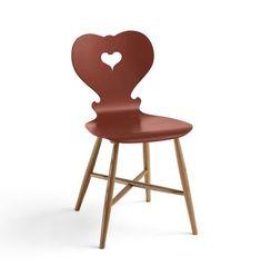 """Neuinterpretation eines Klassikers: Holzstuhl """"Alpina"""" in Rot. Ursprünglich aus bayerischen Wirtsstuben als Brettstuhl bekannt, schafft der Holzstuhl den Sprung in das moderne Möbeldesign. Dabei treffen schlichte Formen auf..."""