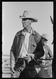Cattlemen at stockyard, San Angelo, Texas American Photo, American History, Workwear Fashion, Mens Fashion, Cowboy Up, Western Hats, Historical Images, Old West, Vintage Denim