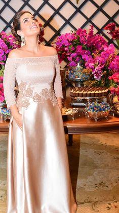"""""""O vestido da Camila seguiu uma silhueta evasê, com uma saia um pouco mais aberta mas sem volume. Nesse caso, a melhor opção foi uma saia com pregas laterais, que garantiram um leve volume na saia mas com a escolha de um tecido mais leve, deixou o caimento muito sofisticado e delicado"""".  Madrinha/Irmã da noiva: Vestido rosê  http://www.estherbaumanblog.com.br/2017/03/madrinhairma-da-noiva-vestido-rose.html  Ateliê Esther Bauman/Acquastudio"""