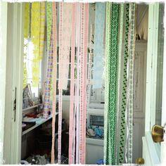 Bug drapes from vintage ribbons and lace - ötökkäverho nauhoista ja reunapitseistä