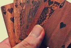 Wooden Deck of Cards. Le Wooden Deck of Cards, le carte da poker incise nel legno e confezionate in una custodia in pelle, si possono acquistare qui. Via thegadgetflow.com