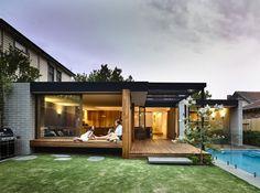 Reforma em casa australiana traz iluminação natural e espaços integrados com a área externa