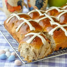 Perfect Hot Cross Buns - a traditional Easter treat yes, but these gorgeous sweet rolls are sure to be appreciated at brunch any time of year that you serve them. Easy, fragrant, and a wonderful Easter treat. Cross Buns Recipe, Bun Recipe, Hot Crossed Buns Recipe, Pan Rapido, Simply Yummy, Desserts Ostern, Baking Buns, Rock Recipes, Hot Cross Buns