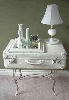 Vintage Suitcase Upcycle Dig This Design : Vintage suitcases are a great upcycle project! Old suitcases add a feeling of history to a room. As a bonus, they provide storage as well and are just plain looking awesome! You can stack them. Matched or mismat Vintage Suitcase Table, Suitcase Decor, Suitcase Shelves, Table Vintage, Vintage Cafe, Vintage Room, Bedroom Vintage, Vintage Kitchen, Retro Home Decor