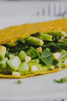 Esta receta está inspirada en los crepes vietnamitas  Bánh Xèo con abundante cúrcuma para lograr ese amarillo característico. En esta versión, el uso de la masa madre tiene el objetivo de reutilizar los descartes que quedan luego de alimentar el cultivo. Estos crepes son frescos, livianos y muy nutritivos. El contraste de sabores y texturas es increíble.  #recetasveganas #vegano #masamadre #recetassaludables #crepes Banh Xeo, Fresco, Sandwiches, Food, Goal, Vegan Recipes, Healthy Recipes, Salads, Corn Salsa
