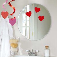 Idea: decora el cuarto de baño para sorprender a tu pareja el Día de los Enamorados - de blog.fiestafacil.com / Idea: decorate the bathroom to surprise your partner first thing in the morning on Valentine's Day! From blog.fiestafacil.com