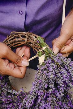 DÍY lavender wreath project - there are no instructions but from the picture you can see how the bundles are tied on to the wreath form. idea, craft, herb, wreath project, diy lavend, díi lavend, lavend wreath, garden, wreaths