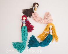 Macrame Art, Macrame Design, Wood Peg Dolls, Yarn Dolls, Micro Macramé, Beaded Garland, Macrame Patterns, Diy Doll, Wall Hanger