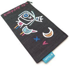Étui unique fabriqué à l'atelier « Charlotte » à l'Isle-aux-coudres et peinturé à la main par Julie Miville. Chaque étui saura vous charmer avec ses personnages attachants remplis d'émotions. Que ce soit pour des crayons, du maquillage, des bijoux ou des outils, utilisez votre Affreux tous les jours!Dimensions : 9.5 po par 5.5 po Emotion, Julie, Playing Cards, Creations, Dimensions, Charlotte, Images, Couture, Unique
