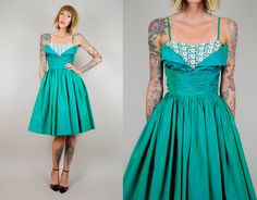 ▲ Absolutely stunning 50s formal/party dress. Emerald green iridescent taffeta material with a bold blue tulle crinoline lining to the skirt.