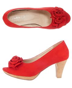 Wem der Bachelor keine Rose gibt, der kann sie auch einfach bei uns bestellen ;) Die roten Pumps von Andrea Conti sorgt jeden Tag für Frühlingslaune und ist ein echter Hingucker. PS: Diese Blumen muss man auch nicht gießen ;)