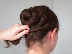 This tutorial is for a classic regency bun. Step one ~ Part two sections of hair from the top of your head all the way down to your ears, then tie them out of the way just for now. Step two ~ Twist the back section of hair up, then in to a… Civil War Hairstyles, Historical Hairstyles, Pretty Hairstyles, Easy Hairstyles, Wedding Hairstyles, 1800s Hairstyles, School Hairstyles, Wedding Updo, Jane Austen