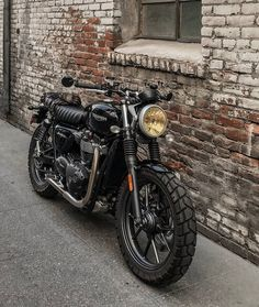 Love these tyres and the seat, and the yellowed headlight Moto Bike, Cafe Racer Motorcycle, Motorcycle Design, Bike Design, Cafe Racer Bikes, Motorcycle Helmets, Triumph Scrambler, Triumph Motorcycles, Custom Motorcycles