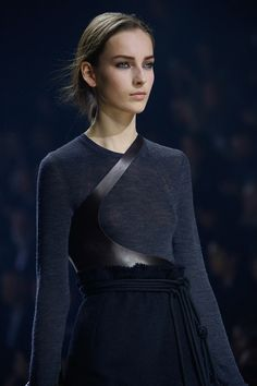 Armure monacale, cuir et laine, bleu nuit. Lanvin Fall 2015 Ready-to-Wear Fashion Show Details Fashion Week Paris, Runway Fashion, High Fashion, Fashion Show, Womens Fashion, Gothic Fashion, Lanvin, Style Noir, Mode Style