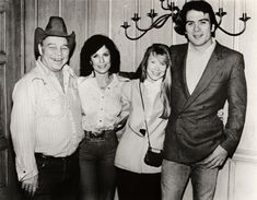 """Doolittle (left) and Loretta Lynn with the actors who played them in the 1980 film """"Coal Miner's Daughter,"""" Sissy Spacek and Tommy Lee Jones. / © Loretta Lynn Enterprises Inc. Loretta Lynn, Country Music Stars, Country Music Singers, Oliver Lynn, Music City Nashville, Tommy Lee Jones, Music Magazines, Beautiful Costumes, Classic Literature"""