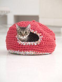 crochet cat cave (Psy And Thai's Kitty Cozy) :: Lion Brand Crochet Home, Love Crochet, Crochet Gifts, Knit Crochet, Gato Crochet, Knitting Patterns, Crochet Patterns, Free Knitting, Cat Cave Crochet Pattern