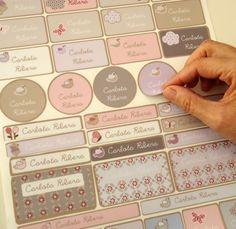 c7d2a0f37878d Etiquetas personalizadas - Te ofrecemos una hoja con 41 etiquetas adhesivas  personalizadas. Todas ellas con diseños diferentes (cuadradas