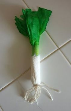 Perfect Play Food for a Pretend Kitchen: Make a paper leek. St Patrick's Day Crafts, Crafts For Kids, Arts And Crafts, March Crafts, Daffodil Craft, Vegetable Crafts, Pretend Kitchen, Saint David's Day, Fun Indoor Activities