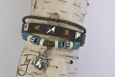 Drie dubbele armband met rond gevlochten leer, plat leer met studs en borduursel, rond leer met houten, zilveren kraaltjes en bedel lieveheersbeestje.