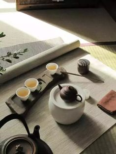Shows the teaware, tea and puts it in a beautiful context. I absolutely love this tea set. Chai, Matcha, Pu Erh, Art Cafe, Asian Tea, Tea Culture, Japanese Tea Ceremony, Tea Art, My Tea