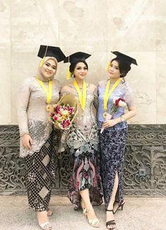 Kebaya wisuda Kebaya Muslim, Kebaya Modern Hijab, Model Kebaya Modern, Kebaya Hijab, Kebaya Brokat, Batik Fashion, Hijab Fashion, Model Dress Kebaya, Batik Dress