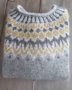 Bilderesultat for islandsgenser Sweater Knitting Patterns, Knit Patterns, Fair Isle Knitting, Hand Knitting, Pull Jacquard, Norwegian Knitting, Icelandic Sweaters, How To Purl Knit, Hand Dyed Yarn