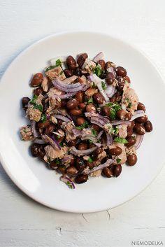 Szybka sałatka z tuńczykiem i czerwoną fasolą. Beans and tuna salad