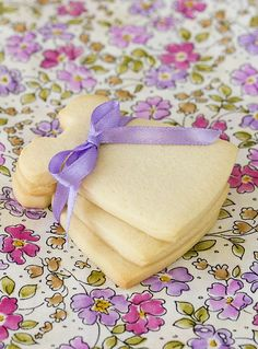- so simple and elegant Cookies For Kids, Cute Cookies, Cupcake Cookies, Sugar Cookies Recipe, Cookie Recipes, Dessert Recipes, Cookie Factory, Pastry Cake, Cookie Decorating