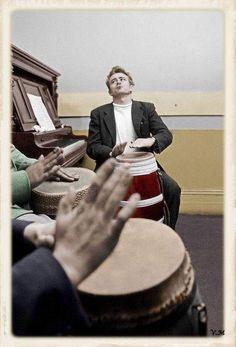 Tocando percusión que le fascinaba, especialmente, el bongo.
