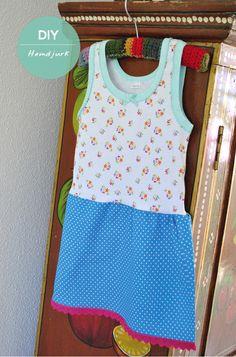 Het saaie weer van de afgelopen heeft er voor gezorgd dat ik meer achter de naaimachine zat. Zo ook van de week. Bij een bezoekje aan een grote textielsuper kwam ik een schattig meisjeshemd met bloemetjes tegen. Het soort dat ik destijds voor mijn nu grote dochter Sewing Kids Clothes, Sewing For Kids, Baby Sewing, Sewing Tutorials, Sewing Crafts, Pj Party, How To Make Clothes, Couture, Fashion Kids