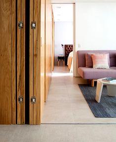 Metamoorfose Studio geschickt eingerichteter Raum in Sao Paulo Apartment Murs Mobiles, Sliding Door Room Dividers, Sliding Door Window Treatments, Moving Walls, Movable Walls, Living Spaces, Living Room, Design Moderne, Apartment Interior