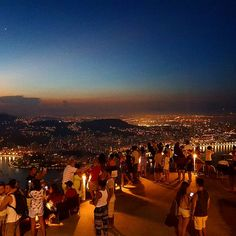 """Pão de Açúcar. Urca, Rio de Janeiro.  2,126 curtidas, 25 comentários - Rio de Janeiro (@ihcarioquei) no Instagram: """"Essa é a última do dia, já desejando aquele feliz natal boladão! 😂😂😂 Tudo de bom pra vocês, muita…"""""""