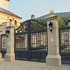 31 Creative Fence Gate Ideas For Your Home – A Nest With A Yard 31 Creative Fence Gate Ideas For Your Home simple, regal design metal gate Steel Gate Design, Front Gate Design, Main Gate Design, House Gate Design, Fence Design, Door Design, Garden Design, Metal Driveway Gates, Driveway Entrance
