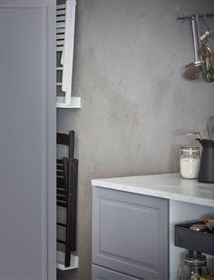La mensola per quadri MOSSLANDA si trasforma in un porta sedie da parete - IKEA