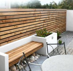 ▷ 1001 + Ideen für moderne Gartengestaltung zum Genießen an warmen Tagen - sichtschutz holz und holz gartenbank beton pflanzkübel La meilleure image selon vos envies sur diy - Small Patio Design, Modern Garden Design, Backyard Garden Design, Fence Design, Backyard Patio, Backyard Landscaping, Backyard Designs, Landscaping Design, Wall Design