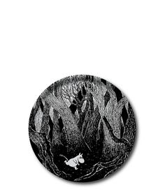 Sulla base di un disegno originale di Tove Jansson, un artista e scrittore finlandese, questo splendido vassoio fatto a mano in moltistrato di betulla ha un immagine di Moomintroll. L'immagine evoca la senzazione di scoperta, come quello dei bambini. Il vassoio è perfetttamente adatto per l'uso quotidiano, mentre l'arte può essere goduta da tutta la famiglia.  Dimensione Ø 31 cm. Adatto per lavastoviglie - 25€