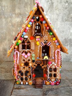 Bilderesultater for pepperkakehus Easy Gingerbread House, Gingerbread Castle, Gable Decorations, Dollhouse Supplies, Candy Factory, Stained Glass Church, Candy House, Luxury Wedding Cake, Flowers