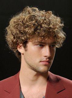 Coupe de cheveux homme cheveux frisés