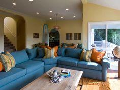 sofá azul grande y surf azul en el salón