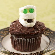 Marshmallow Mummy Cupcake - thinking of modifying to make it look like the Stay-Puft Marshmallow Man