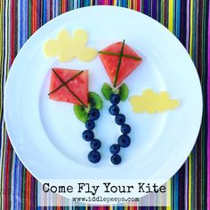 Come Fly Your Kite! A fun and simple healthy kids snack idea to inspire picky little eaters... plus even a bit of kite flying outdoor fun afterwards! Assembled in under 3 minutes! • • Instruction and other foodart inspirations: https://iddlepeeps.com/food-art-ideas/ #healthykids #healthyfood #kids #foodart