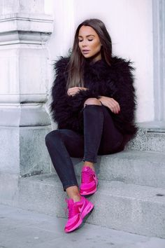 I will show you my favorite ideas on how to wear pink sneakers this year. You are about to find out easy ways how to make these kicks look great on you. Pink Trainers Outfit, Pink Shoes Outfit, Tennis Shoes Outfit, Pink Sneakers, Sneaker Outfits, Fall Winter Outfits, Autumn Winter Fashion, Quoi Porter, Casual Clothes
